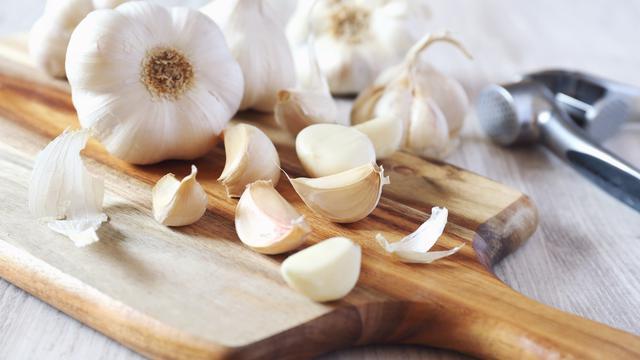 Resep ramuan obat kuat pria perkasa diatas ranjang dengan bawang putih